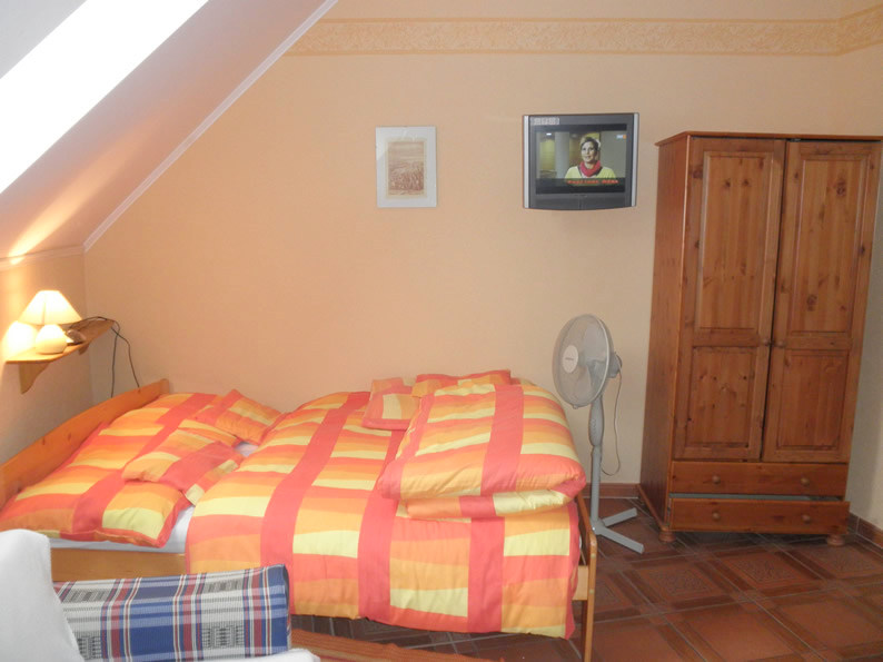 Gyula Apartment - double bed and LCD TV